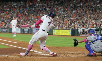 El jardinero central de los Astros de Houston, el puertorriqueño George Springer, bateando este 12 de mayo de 2019, en un juego de la MLB entre Astros de Houston y Vigilantes de Texas, en el Minute Maid de Houston (EE.UU.). EFE