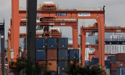 Contenedores permanecen almacenados, este martes, en el puerto de Hong Kong (China). EFE